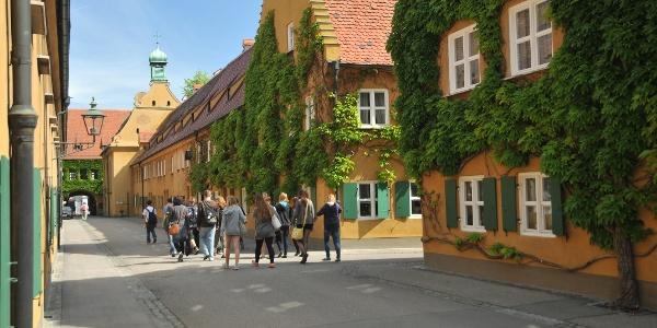 Besuchergruppe in der Fuggerei Augsburg