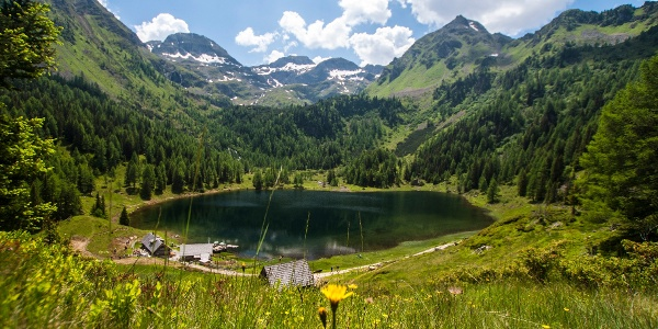 Duisitzkar cirque with the Duisitzkarsee Lake and the 2 chalets in Obertal