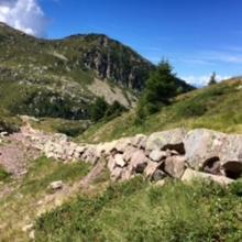 Steinwall am Weg zum Lago delle Trote