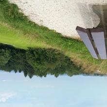 Kommt man ins schwitzen,  empfängt uns eine Bank  mit einem herrlichen Blick auf den Chiemsee