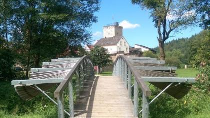 Brücke mit der Wasserburg im Hintergrund