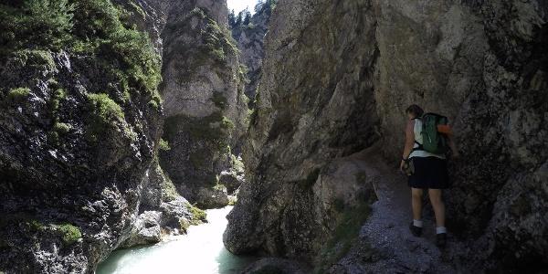 Seilversicherter Abschnitt vor dem kleinen Felstunnel