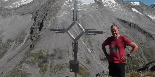 Napfspitz - am Gipfelkreuz (im Hintergrund Hochfeiler und Hoher Weißzint