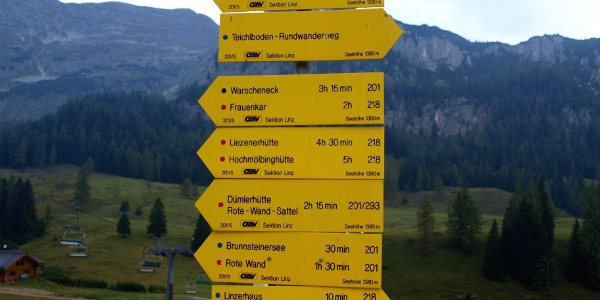 Schilderwald am Weg Standseilbahn-Frauenkarlift