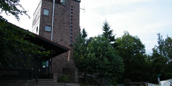 Das Ludwigshafener Haus und der Aussichtsturm auf der Kalmit.