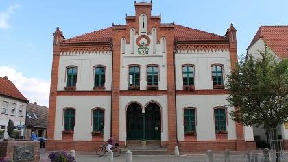 Das Rathaus auf dem Marktplatz in Krakow am See