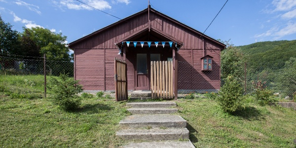 A turistaház Szakmári Károly utca felőli homlokzata és főbejárata