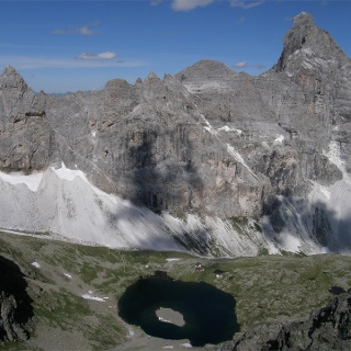 Mountain hut Tribulaunhütte with Lake Sandessee