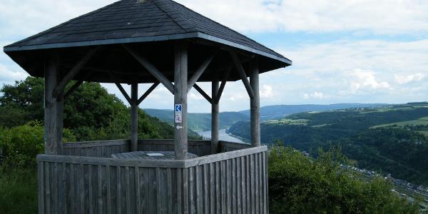 Vom Pavillon auf dem Rossstein genießen wir einen herrlichen Blick über das Rheintal.