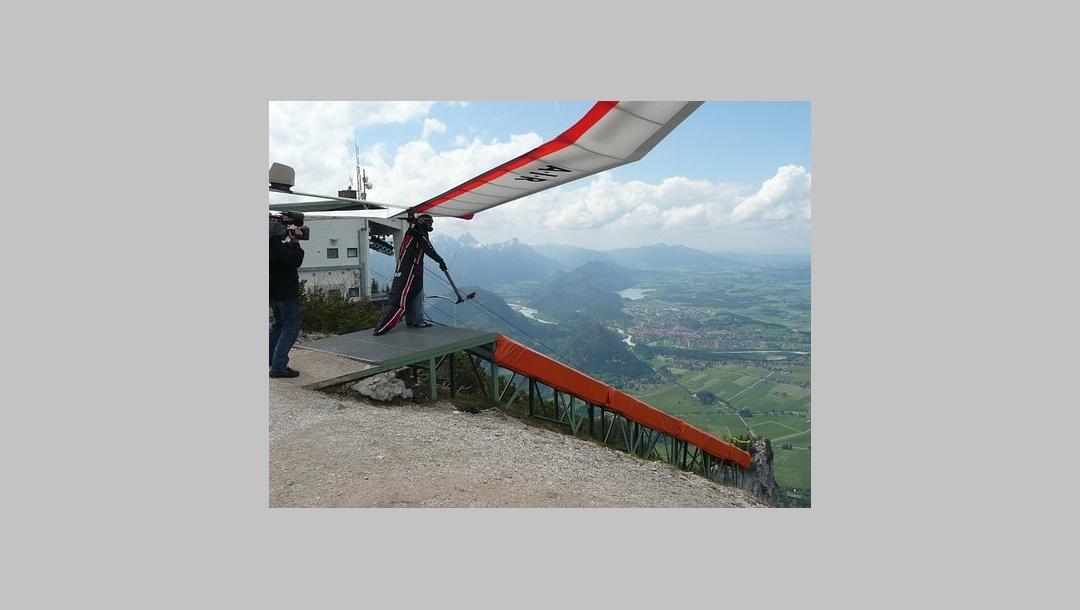 Drachenflieger beim Start am Tegelberg.