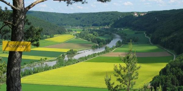 Blick vom Rosskopf ins Altmühltal und zum Schloss Eggersberg bei Riedenburg