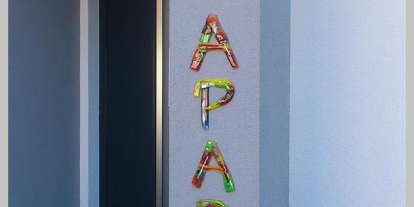 Schriftzug Art Apart am Haus
