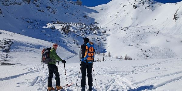 Im Sattel zw. Rosskogel und Grubachspitze. Blick zur Lackenspitze (rechts hinten) und zum Nordostkar (Abfahrtsspuren).
