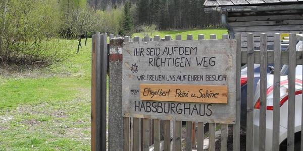 Die Talstation der Materialseilbahn vom Habsburghaus. Hier links abzweigen