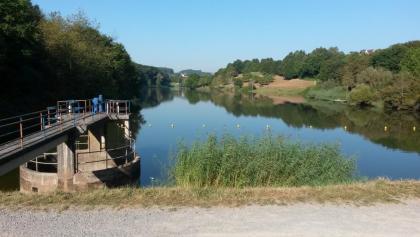 Blick vom Staudamm über den See