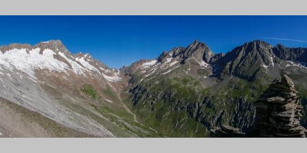 Blick vom Horefellistock ins Tal der Voralpreuss. Salbitschijen (ganz rechts), Sustenjoch und dahinter die Titlis (Bildmitte), dann Chli Sustenhorn, Sustenhorn (mit den langen, gleichmäßigen Westgrat)