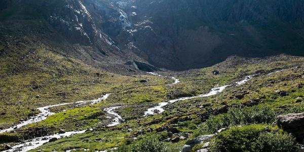 Im Tal der Chelenreuss mit dem Gletschertor des Rotfirngletschers