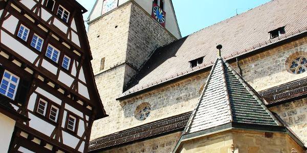 Blick auf Pfarrhaus und Stadtkirche
