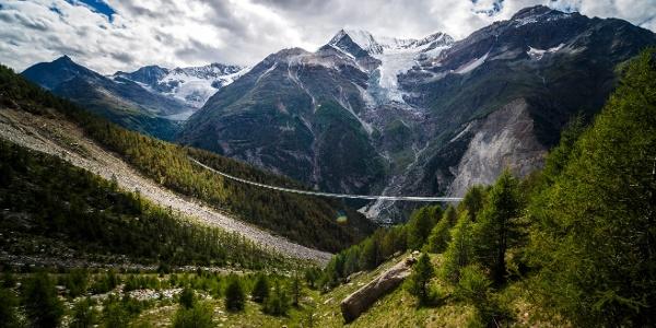 Sentier de l'Europe avec le pont suspendu piétonnier le plus long des Alpes