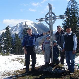 Pilgerkreuz mit Bank, welche zum rasten und genießen der Stille einlädt