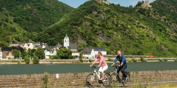 """Rheinradweg bei Bad Salzig mit Blick auf Kamp-Bornhofen und den """"Feindlichen Brüdern"""""""