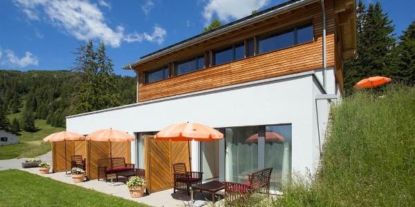 Haus mit Gartensitzplätzen