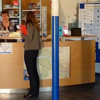Gäste in der Tourist-Information im Haus der Maritimen Landschaft Unterelbe
