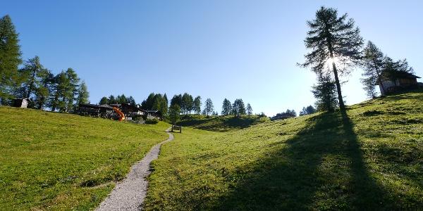 Die Hütte liegt inmitten der idyllischen Rotwandwiesen.