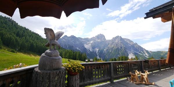Die Terrasse mit Blick auf die Dreischusterspitze