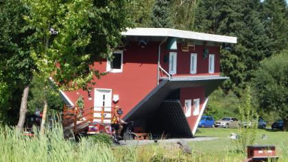 Das tolle Haus steht direkt auf der gegenüberliegenden Seite am Affolderner See