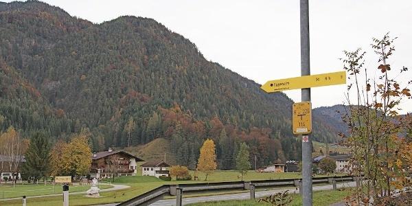 Wanderwegschild zur Eggenalm (Straubinger Haus) an der Loferer Straße
