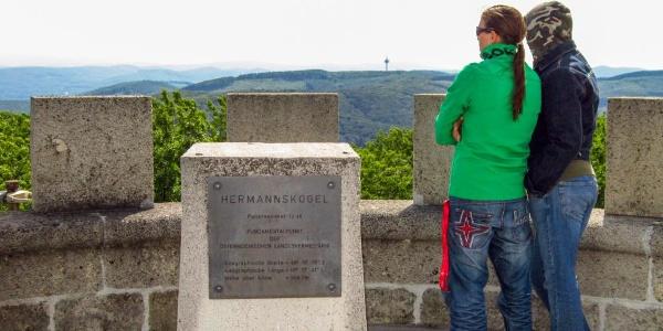 Von der Dachterrasse der Habsburgwarte genießt man einen Rundumblick über Wien und den Wienerwald