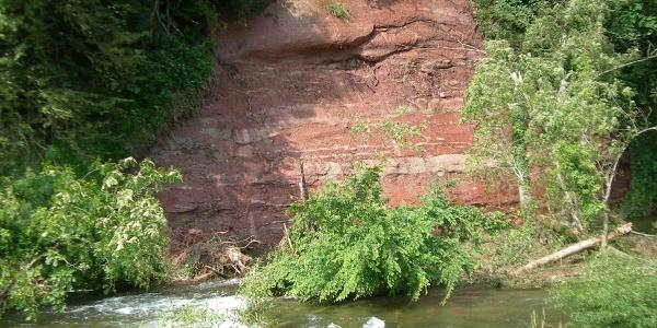 Rote Sandsteinwand am Prallhang der Wiese