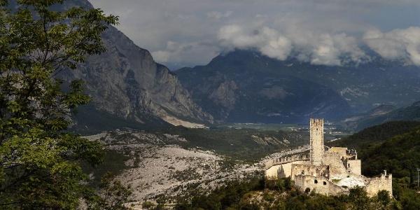 Panorama con il castello di Drena e le Marocche