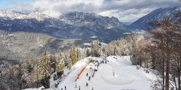 Blick zur Bergstation der Sesselbahn vom Gipfel des Götschen
