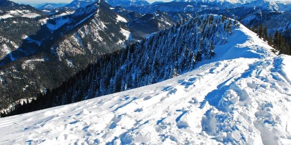 Blick vom Gipfel des Hohen Waxeneggs nach Osten auf Schneeberg (Mitte) und Rax (rechts)