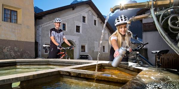 Frisches Mineralwasser an den Dorfbrunnen in Scuol