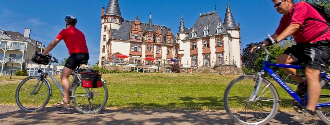 Viele Radtouren führen vorbei an märchenhaften Schlössern und Gutshäusern