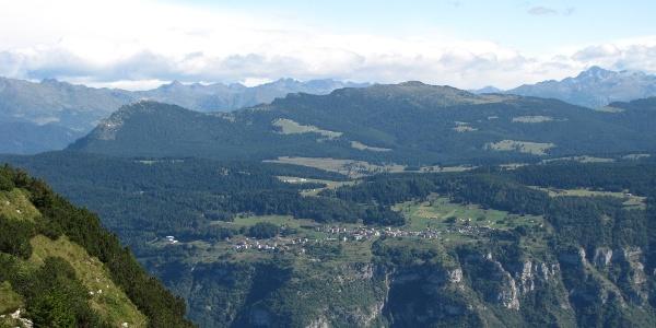 L'altopiano di Luserna e la Val d'Assa; in primo piano la Val d'Astico