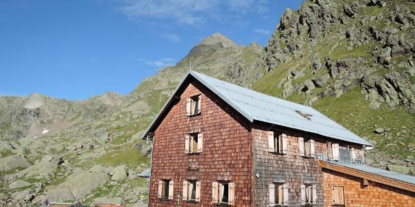 Bremer Hütte mit Blick auf die Innere Wetterspitze