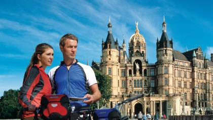 Radler vor dem Schweriner Schloss
