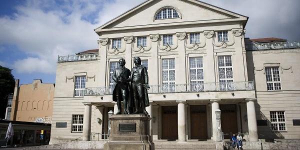 Theaterplatz mit Denkmal des Dichterpaares - Weimar
