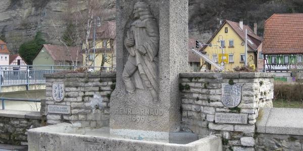 Der Henry-Arnaud-Brunnen mit Blick auf die Enz.