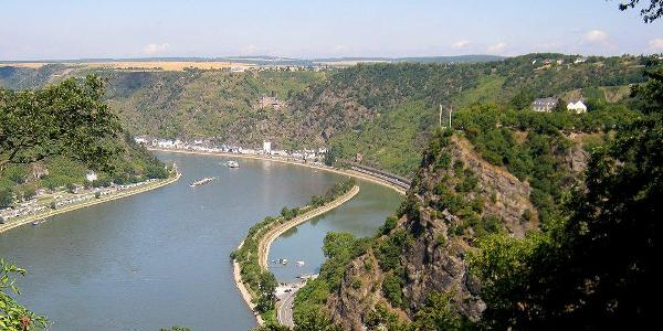 Blick von der anderen Rheinseite auf den Loreleyfelsen