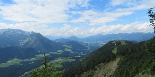 Rückblick am Austriaweg. Das Lammertal, rechts die Sonnenalm
