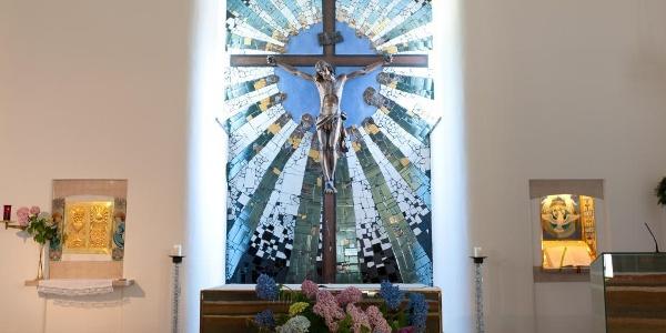Altarraum der Hundertwasser-Kirche St. Barbara