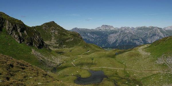 Hier sieht man, woher der Herzsee seinen Namen hat. Weiter hinten im Bild sieht man den Skitunnel und das Lechquellengebirge mit der roten Wand