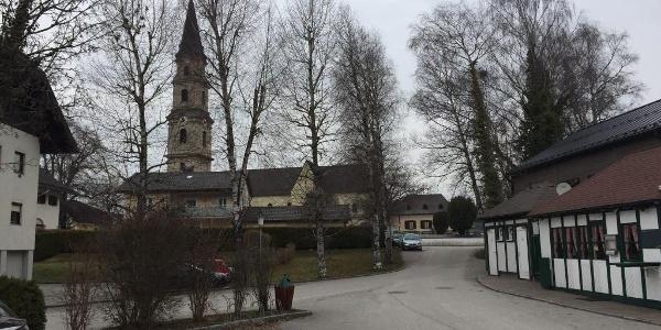 Parkplatz Weyerbucht mit Blick zur Kirche von Mattsee