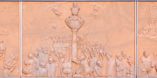 """Das Tryptichon """"Ludwigs Erbe"""" von Peter Lenk ist eine Abrechnung mit der Habgier der Gesellschaft und ihren Raffzähnen"""