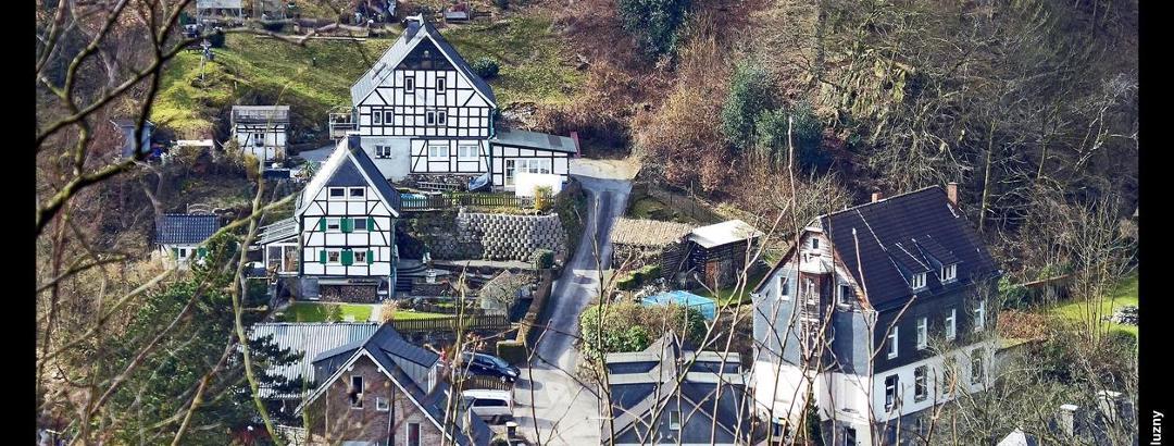 Fachwerkhäuser in Papiermühle bei Solingen vom Weg zwischen Stiepelhaus und Kohlfurth